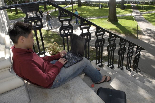 一名獲得提早錄取的華裔哈佛學生,在校園裡學習。(Getty Images)