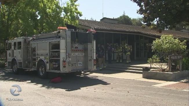 消防隊接獲洛斯阿圖警局電話,派出毒物處理人員赴警局。(電視新聞截圖)