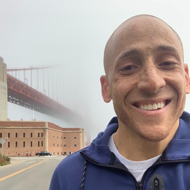 19年前自金門大橋一躍而下的海因斯目前投入自殺防治活動,訂下要為這座大橋加裝安全防護網的目標。(翻攝自臉書帳號Kevin Hines Story)