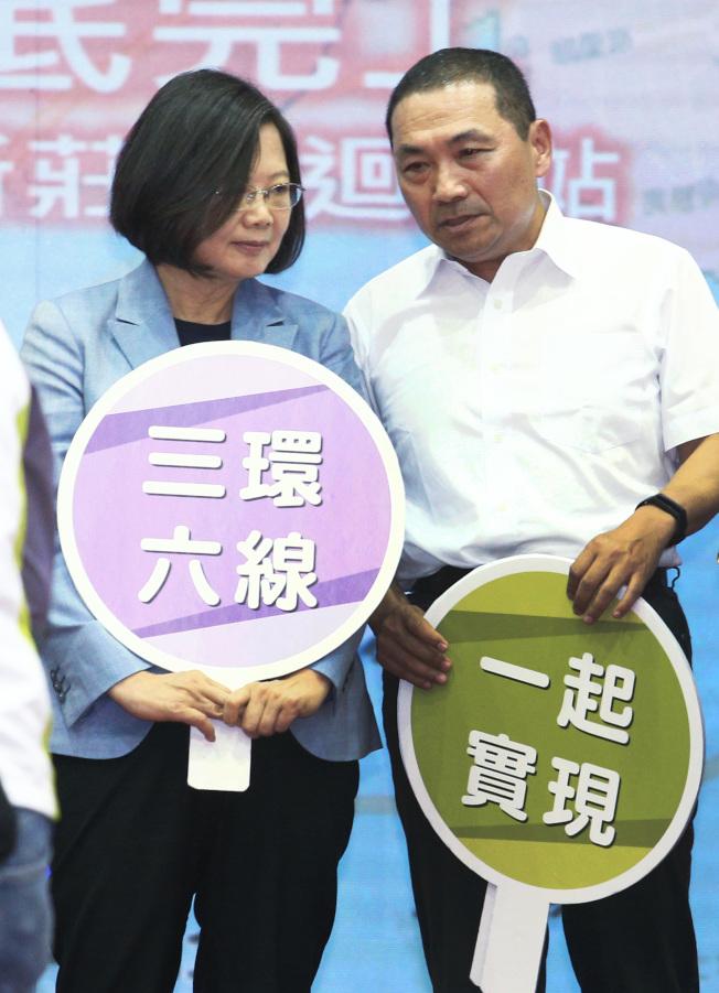 蔡英文總統(左)12日在新北市長侯友宜(右)陪同下視察捷運萬大線。(記者陳正興/攝影)