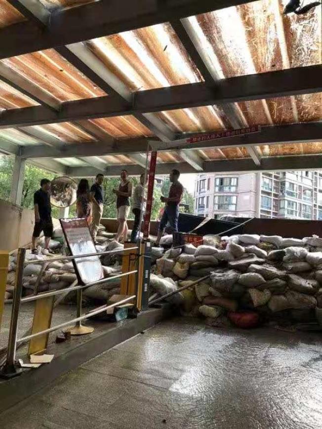 小區業主們在裝沙包。(取材自錢江晚報)