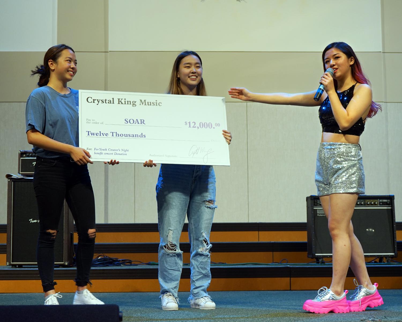 王卿卿(右一)音樂會收入1萬2000元全部捐給SOAR慈善組織。(記者賈忠/攝影)