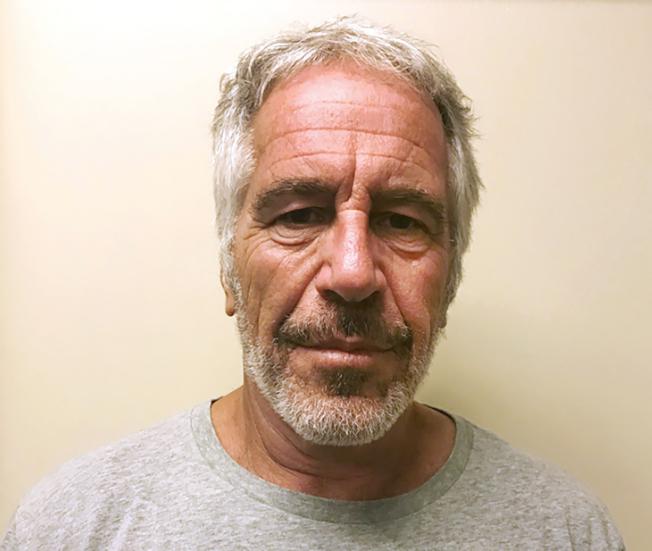 少女淫魔艾普斯坦在監牢裡自殺身亡後,紐約聯邦檢察官把焦點轉移到任何協助他或讓他得以為所欲為的人。(美聯社)