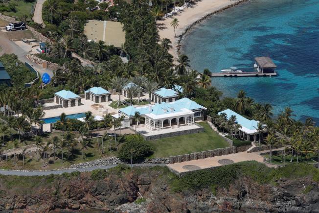 小聖傑夫島上的豪宅搭配奶油色牆面與亮綠松色的屋頂,還有棕櫚樹圍繞。(路透)
