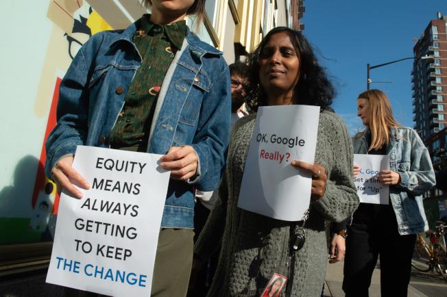 葛謨州長12日簽署法案,將強化執行現有的反職場性騷擾保護法。圖為谷歌員工為終止職場性騷擾而走上紐約街頭。(Getty Images)