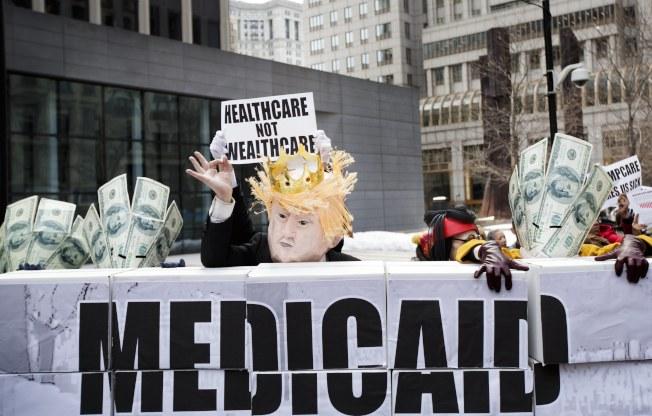 川普政府推行有工作才能享Medicaid福利,引起強烈反應,部分反對者認為白卡是醫療保險,並非社會福利。(歐新社)