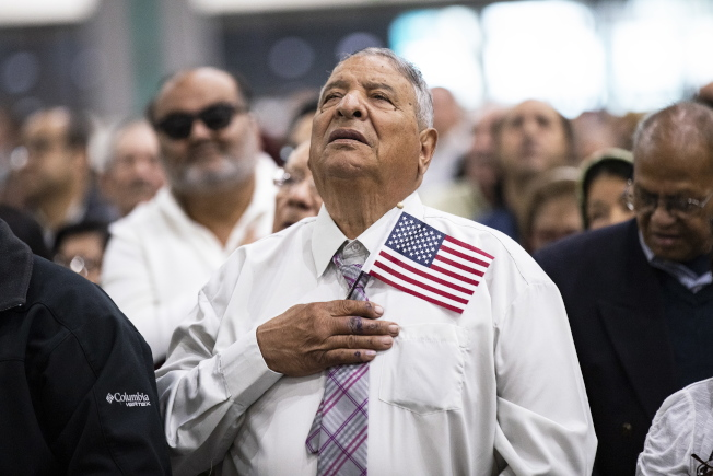 获得绿卡与入籍归化的门槛把关越来越严。图为今年5月在洛杉矶宣誓入籍者。(欧新社)