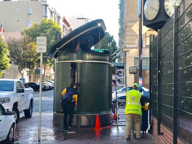 固定洗手間位於田德隆區Eddy街和Jones街交界處的Boedecker公園門外。(記者黃少華/攝影)