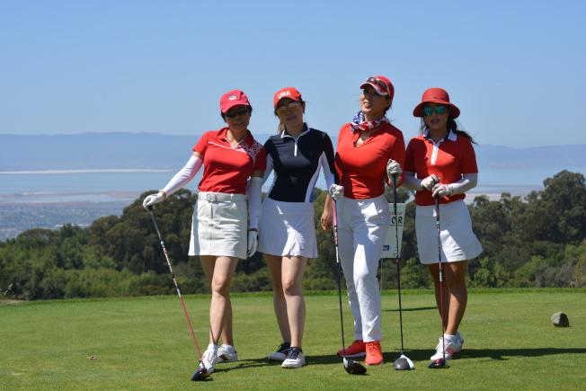 美中高爾夫球協會副會長李佳航(左二,River Li)和其他朋友組成了一支特別的女子高爾夫球隊,在參賽隊伍中少見。(記者劉先進/攝影)