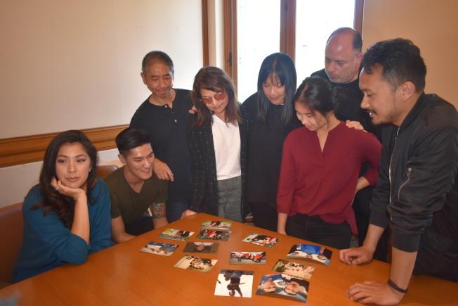 李耀榮的家人、朋友和支持者翻閱一張張李耀榮與他們在一起的照片,現場有著感傷的情緒。 (記者黃少華/攝影)