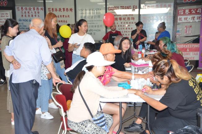 華埠服務中心日前舉辦「社區健康博覽會」。圖為社區組織為與會者免費修指甲。(記者王全秀子╱攝影)
