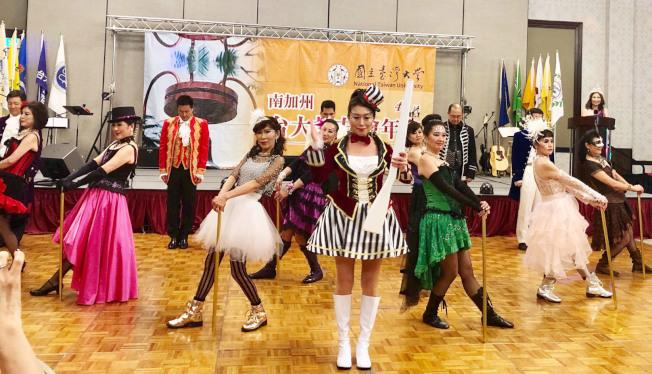 藝橋文化舞蹈團在Wenny Tang老師指導下推出大型舞劇This Is Me,舞者的服裝、造型與舞蹈風格都令人驚艷,替台大校友會年會增色添光。 (記者胡清揚╱攝影)