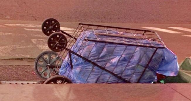 被撞死的華婦用來裝盛汽水瓶的手推車,留在現場路邊。(取材自第七電視頻道)