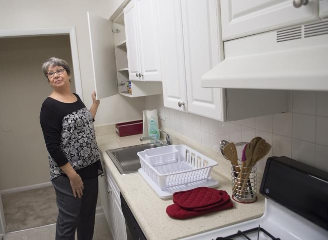 屋主若選以整修原有櫥櫃表面來取代換新的櫥櫃,可省下三分之二的費用。(Getty Images)