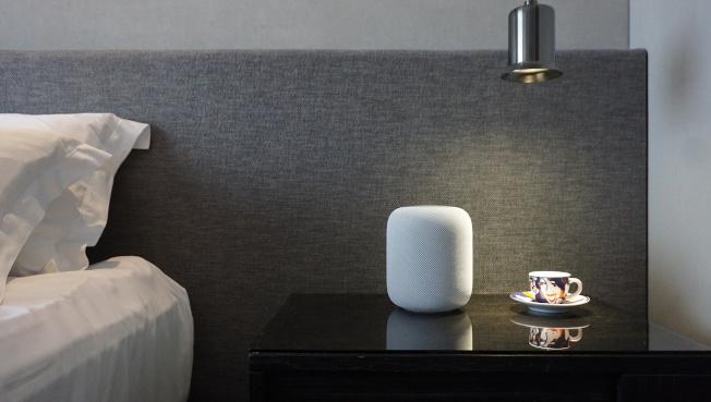 Apple HomePod,提供白色與太空灰色,將於今年夏天稍晚上市。(記者黃筱晴/攝影)