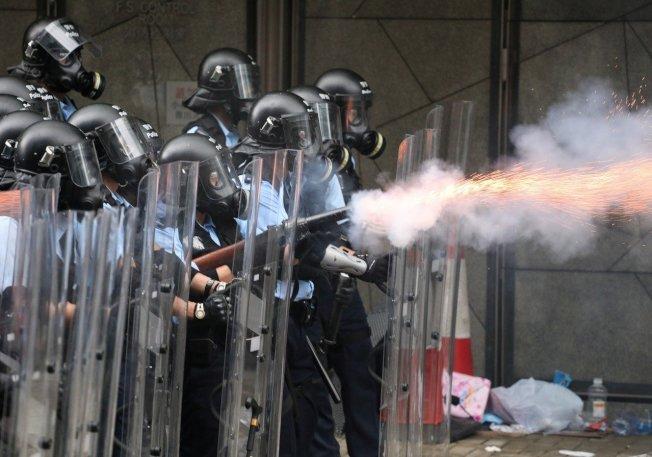 上萬民眾日前包圍立法會要求撤回條例,香港警方發射催淚彈。 路透資料照片