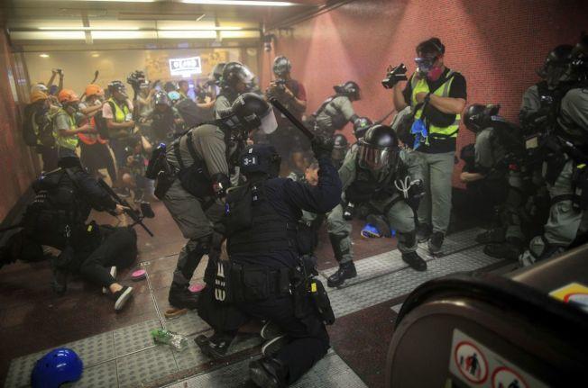 港警衝進地鐵站施放催淚彈,逮捕示威者。 美聯社