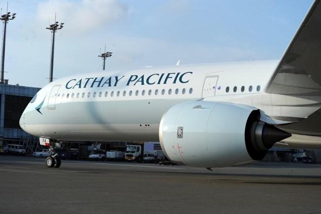 中國民航局稍早向國泰航空發出重大航空安全風險警示後,國泰股價爆跌。國泰航空則表示必定遵從民航局要求。(取材自臉書)