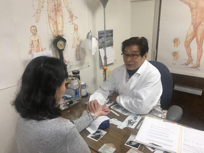 著名中醫師吳曙東,以祖傳「位點刺激療法」救治癲癇病患。