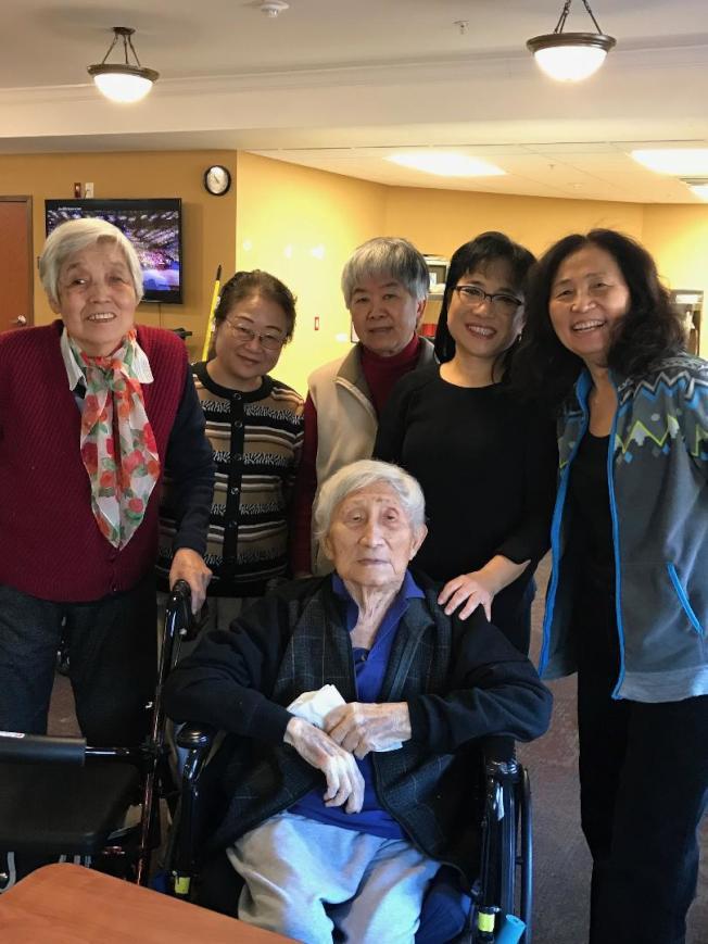巫寧坤在華府病逝,享年99歲,華府作協幹事日前拜訪巫寧坤(前)、其妻(左一)、女兒巫一毛(右一)。(賈明文提供)