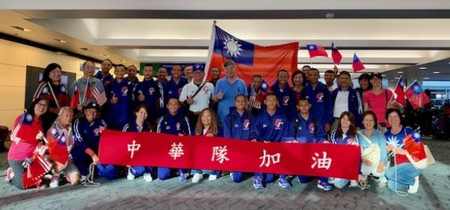 僑胞迎接台灣中華青少棒隊。 (辜耀先/攝影)