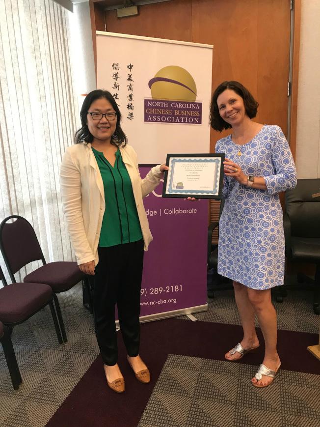 北卡華人企業協會會長王曉陽律師(左)向講員朋思(Elizabeth Burns)致贈謝禮。(記者王明心/攝影)
