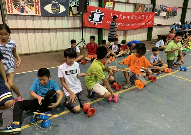 大紐約區中華文化夏令營邀請僑委會遴派的老師蕭鴻偉教扯鈴,學員們躍躍欲試。(圖:夏令營提供)