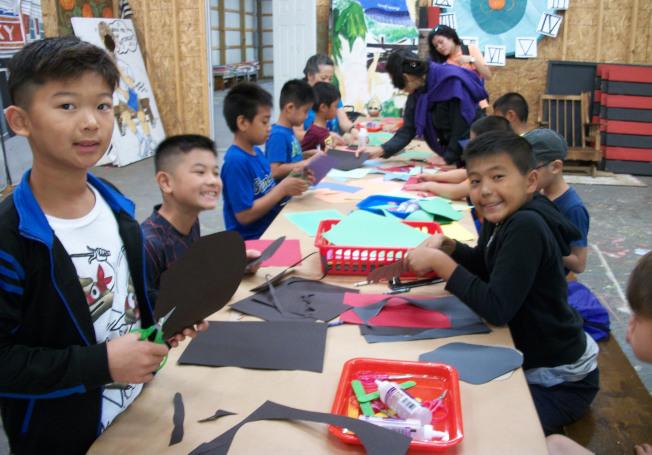 大紐約區中華文化夏令營,學員們快樂的嘗試剪紙、摺扇、面具、摺紙、國畫等民俗藝術。(圖:夏令營提供)