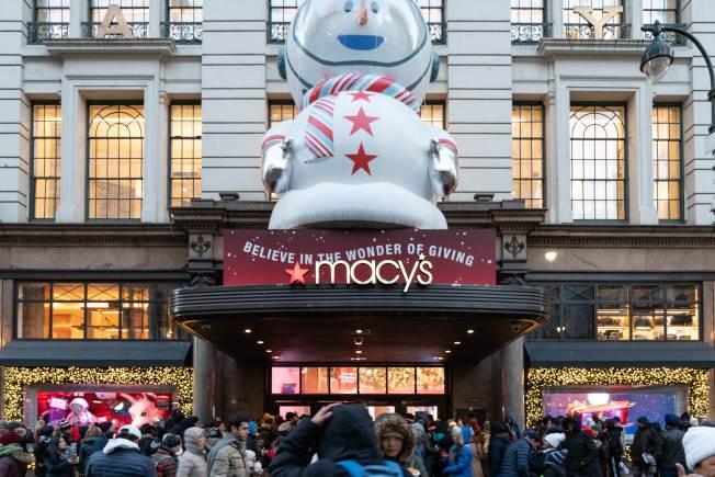 川普政府13日上午宣布部分中國進口產品加徵10%關稅措施,延到12月15日後再開徵,川普宣稱是怕影響耶誕季購物的消費者。圖為紐約市梅西百貨去年11月耶誕購物季湧人潮。(Getty Images)