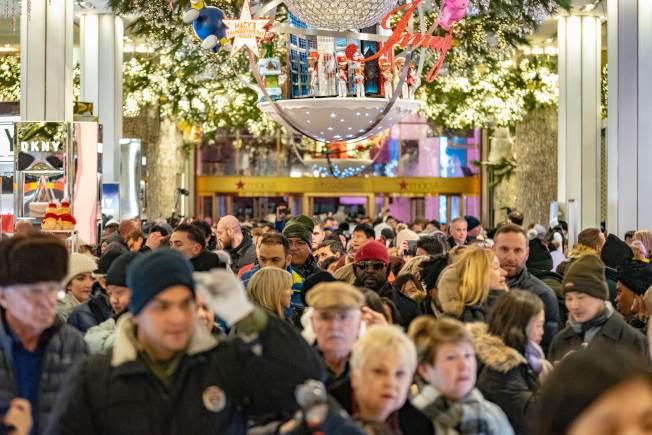 川普政府13日上午宣布部分中國進口產品加徵10%關稅措施,延到12月15日後再開徵,川普宣稱是怕影響耶誕季購物的消費者。圖為紐約市梅西百貨去年11月耶誕購物季人潮洶湧。(Getty Images)