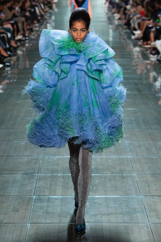 Marc Jacobs的羽毛裙。(Vogue圖片)