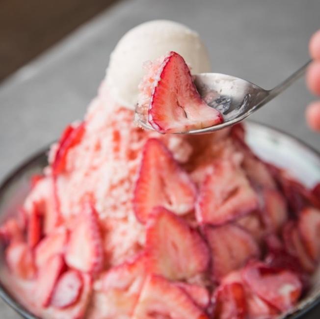 鮮芋仙草莓牛奶冰。(取自鮮芋仙Yelp)
