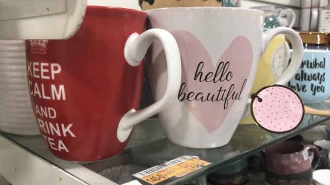 南加一些家居用品店內,瓷質水杯印有各種不同字樣,成為年輕族群新寵。(記者啟鉻/攝影)