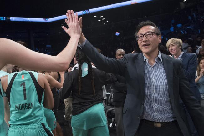 阿里巴巴集團現任副主席蔡崇信(右)23億5000萬元買下布魯克林網隊剩餘的51%股份,成為該隊的新老闆,轉手總金額也創下北美職業球隊交易的最高紀錄。圖為他在場邊替自已擁有的職業女籃紐約自由隊加油打氣。(美聯社)