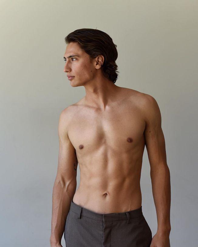 卡特改行當男模特兒。(取材自Instagram)