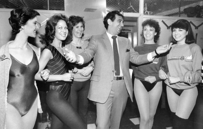多明哥1984年在紐約無線電音樂城與歌舞者排練。有九名女性出面指控多明哥長對她們性騒。(美聯社)