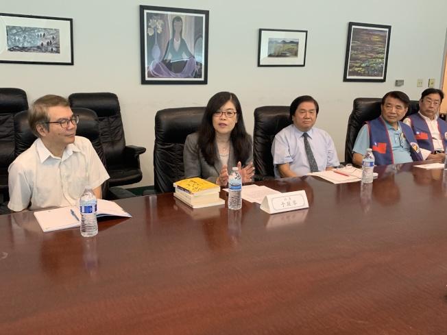 洛杉磯世界日報總經理宋宗信(左起)、社長于趾琴、總編輯張耀民親切接待拜會代表。(記者高梓原/攝影)