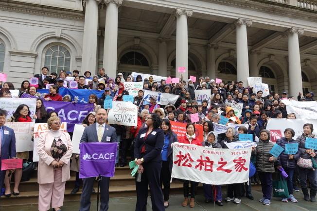 亞裔團體此前在市府前集會,要求市府增加撥款支援亞裔。(本報檔案照)