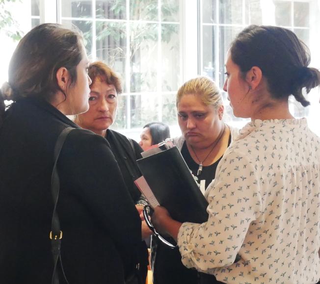 薩拉查家人與工作人員交談。(記者梁雨辰/攝影)