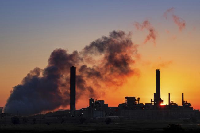 全國22個州和七座城市13日聯合向哥倫比亞特區的聯邦上訴法院控告川普政府,要求法院封殺環保署放鬆對煤炭發電廠廢氣排放的限制。圖為懷俄明州的一座煤炭發電廠。(美聯社)