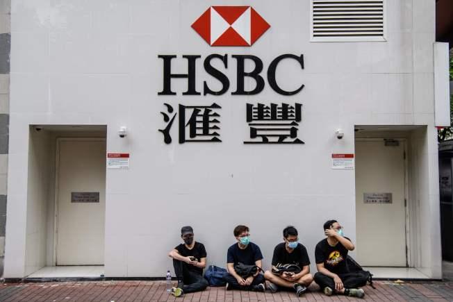 反送中運動號召8月16日大擠兌,把香港的美元都領光之際,匯豐近日的人事大地震,也讓人關注起港幣走向。(Getty Images)