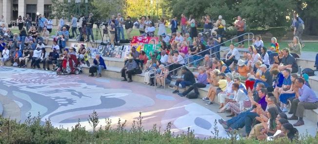 200多人出席了在屋崙市府廣場的「癒合之夜」活動。(記者黃少華/攝影)