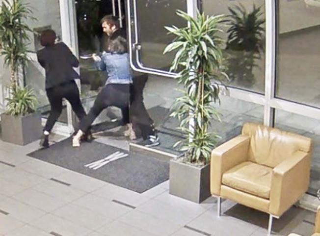 公寓女管理員(左)成功協助女住客(中)躲進大廳,但嫌犯(右)仍不放過,繼續企圖將女住客拖出外。(李華強提供)
