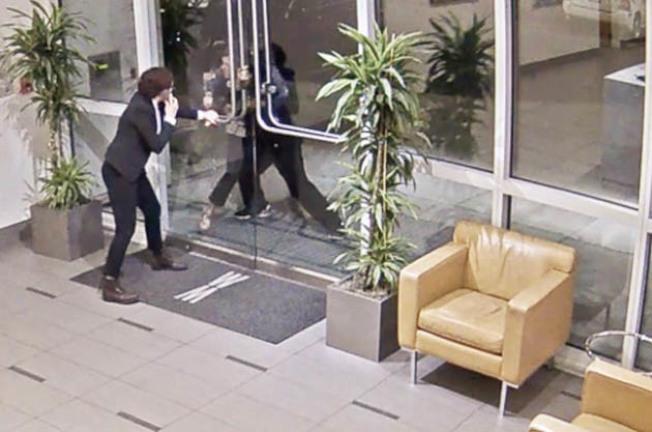 監視錄影帶顯示,受害的女住客在公寓大門外被嫌犯攻擊,女管理員(左)上前援手。(李華強提供)
