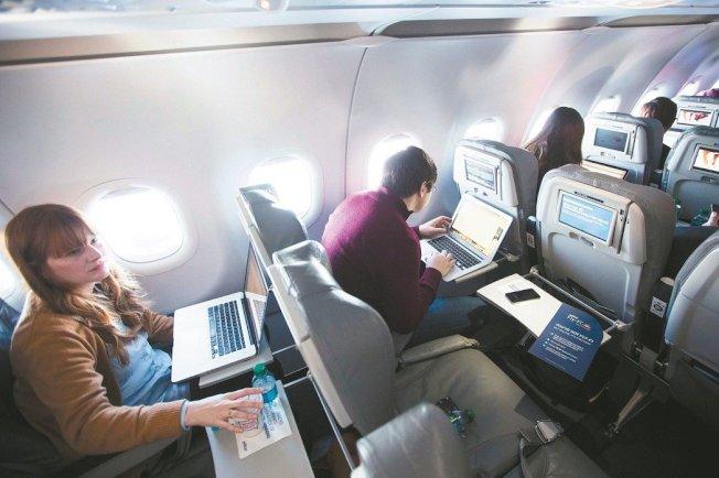 許多旅客而言,搭機時也能漫遊網路世界,已從奢侈品變成為有一定期望的事物,而好消息是,機上Wi-Fi供應商預估,大約兩年內多數美國航班會免費提供此服務。(路透)