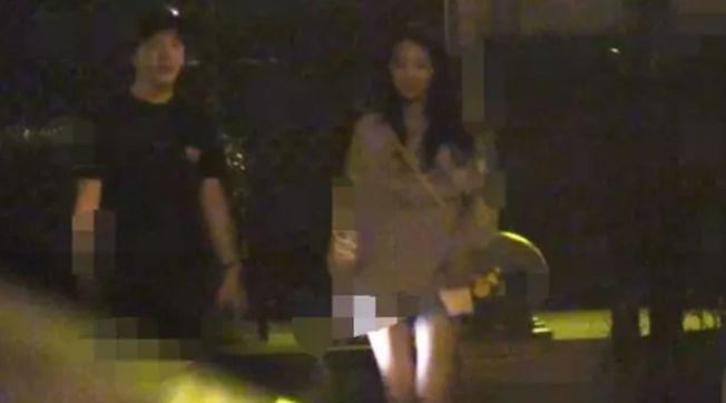 李雲迪與一美女深夜吃火鍋,疑似新戀情曝光。(取材自微博)