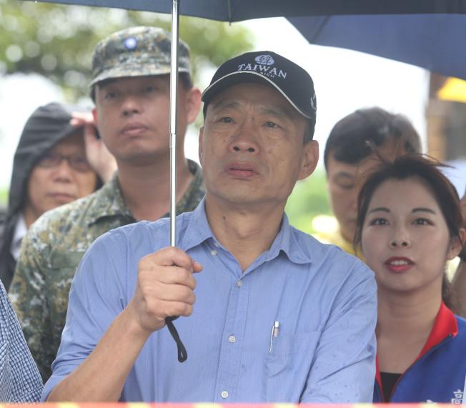 高雄市長韓國瑜(中)13日駁斥楊秋興的指控,強調自己生活單純,每天工作至少十小時以上。(記者劉學聖/攝影)