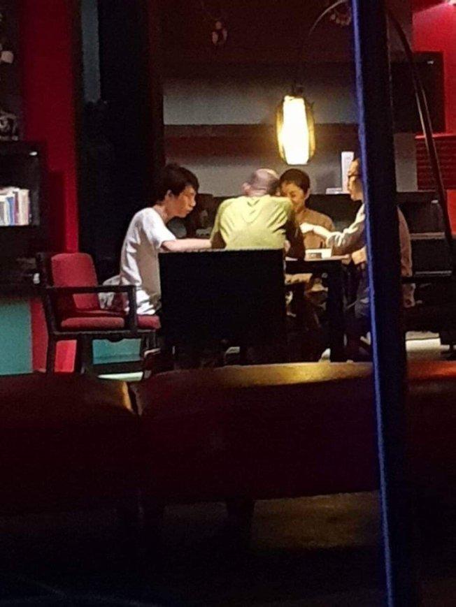 民進黨高雄市議員林智鴻在臉書貼出韓國瑜打麻將的背影照片。(取材自林智鴻臉書)