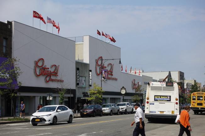 Century 21位於貝瑞吉86街,方便居民購物。(記者金春香/攝影)
