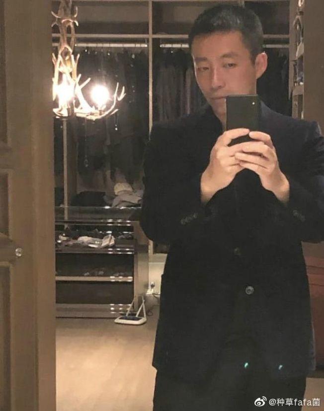汪小菲趁大S不在時,在家中上演「服裝秀」。(取材自微博)